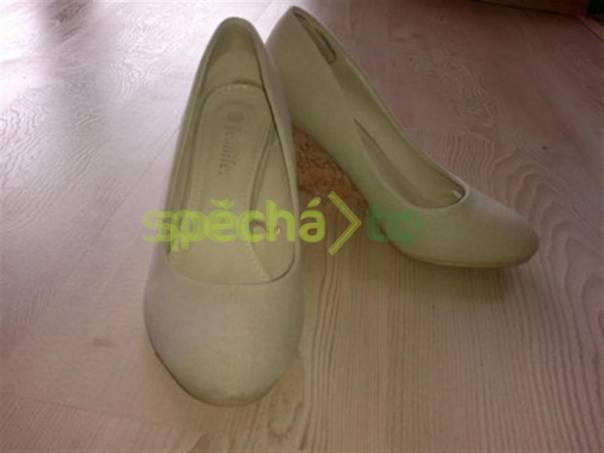 91931f21373 Smetanové boty na klínu z CCC (zn. Jennifer)