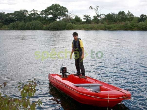 Plastový člun se závěsným motorem, foto 1 Sport a příslušenství, Zimní sporty | spěcháto.cz - bazar, inzerce zdarma